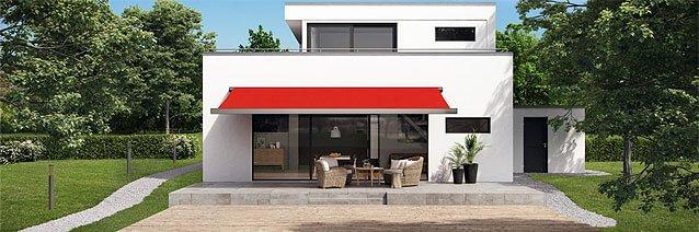 Ein helles Haus mit einer roten Markise